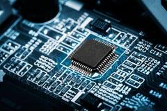 Brett der elektronischen Schaltung mit Prozessor. lizenzfreie stockfotografie