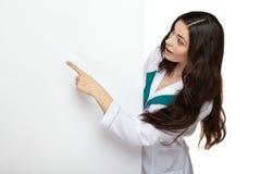 Brett der leeren Karte des Arztfrauenlächelngriffs Stockbilder