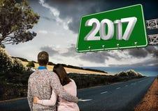 Brett des Zeichens 3D 2017 gegen zusammengesetztes Bild von Paaren auf Straße Stockbild