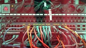 Brett mit den Schlitzen und Kabeln eingefügt in sie stock footage
