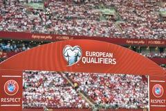 Brett mit mit Logos und den europäischen näheren Bestimmungen der Untertitel und 'UEFA-Respekt stockfotos