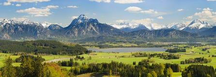 Brett panoramalandskap i Bayern med fjällängberg royaltyfria bilder