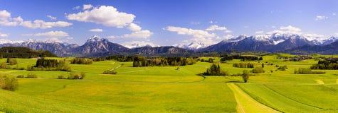 Brett panoramalandskap i Bayern med fjällängberg arkivfoton
