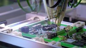 Brett-Produktion der elektronischen Schaltung Automatisierte Leiterplattemaschine produziert digitales elektronisches Druckbrett stock video