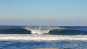 Brett skott av en våg som bryter på rörledningen på den norr kusten arkivfilmer