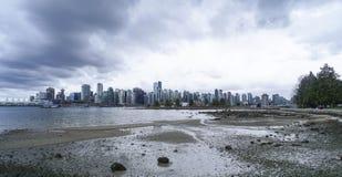 Brett vinkelskott över horisonten av Vancouver - fantastisk sikt från Stanley Park - VANCOUVER - KANADA - APRIL 12, 2017 Royaltyfri Fotografi