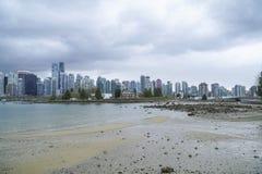 Brett vinkelskott över horisonten av Vancouver - fantastisk sikt från Stanley Park - VANCOUVER - KANADA - APRIL 12, 2017 Arkivfoton