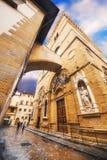02 05 2016 - Brett vinkelskott av en kyrklig fasad i Florence Arkivbilder