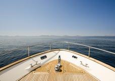 Brett vinkelskott av framdelen av yachten i sommartid fotografering för bildbyråer