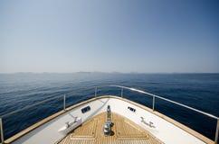 Brett vinkelskott av framdelen av yachten i sommartid royaltyfri foto