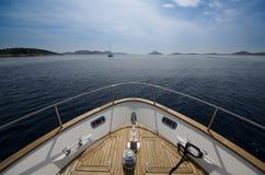 Brett vinkelskott av framdelen av yachten i sommartid Royaltyfri Bild