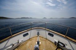 Brett vinkelskott av framdelen av yachten i sommartid arkivbild