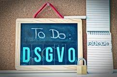 Brett, zum von allgemeine Daten-Schutz-Regelung DSGVO auf englisch zu tun, um allgemeine Daten-Schutz-Regelung GDPR mit einem Lap lizenzfreie stockbilder