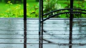 Bretter eines Portals unter einem Sommer regnen stock video footage