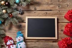 Bretter für Kreide mit Niederlassung Weihnachtsbaum und Weihnachten presen Stockfotos