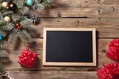 Bretter für Kreide mit Niederlassung Weihnachtsbaum und Weihnachten presen Lizenzfreie Stockfotos
