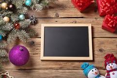 Bretter für Kreide mit Niederlassung Weihnachtsbaum und Weihnachtsgeschenk Lizenzfreie Stockfotos