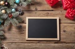 Bretter für Kreide mit Niederlassung Weihnachtsbaum und Weihnachtsgeschenk Stockfotografie