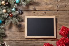 Bretter für Kreide mit Niederlassung Weihnachtsbaum und Weihnachtsgeschenk Lizenzfreies Stockfoto