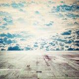 Bretterboden mit Himmelhintergrund lizenzfreie abbildung