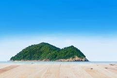 Bretterboden mit Meer einer Inselnaturlandschaft Lizenzfreie Stockfotografie