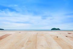 Bretterboden mit Meer einer Inselnaturlandschaft Stockbilder