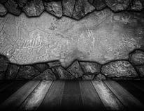 Bretterboden und grauer gebrochener Steinwandhintergrund Lizenzfreie Stockfotografie