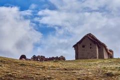 Bretterbude auf einem Hügel lizenzfreies stockfoto