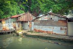 Bretterbude-Elendsviertelhaus der Weinlese altes nahe Malakka-Fluss Stockbilder