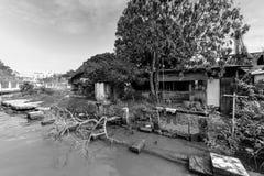 Bretterbude-Elendsviertelhaus der Weinlese altes nahe Malakka-Fluss Stockfotos