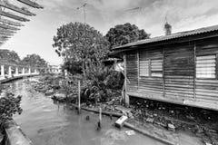 Bretterbude-Elendsviertelhaus der Weinlese altes nahe Malakka-Fluss Lizenzfreie Stockfotos