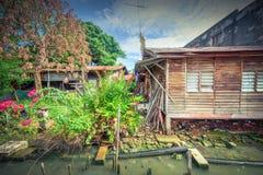 Bretterbude-Elendsviertelhaus der Weinlese altes nahe Malakka-Fluss Stockfotografie