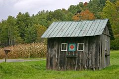 Bretterbude mit grünem Dach Stockfoto