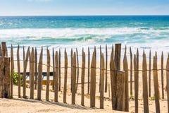 Bretterzaun auf einem atlantischen Strand in Frankreich Stockbild