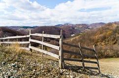 Bretterzaun auf einem Hügel lizenzfreie stockfotografie