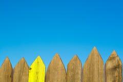 Bretterzaun auf Hintergrund des blauen Himmels Lizenzfreies Stockfoto