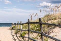 Bretterzaun auf Sandy Pathway, zum bei Sandbridge auf den Strand zu setzen lizenzfreie stockfotos