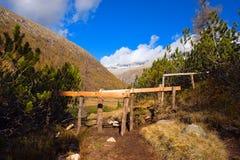 Bretterzaun für das Weiden lassen im Berg Lizenzfreies Stockfoto