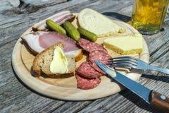Brettljause ένα παραδοσιακό πρόχειρο φαγητό σε μια καλύβα βουνών Στοκ εικόνα με δικαίωμα ελεύθερης χρήσης