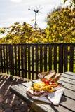 Brettljause, παραδοσιακό ξύλινο πιάτο με τις κρύες περικοπές μόνο με το s Στοκ εικόνες με δικαίωμα ελεύθερης χρήσης