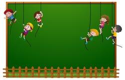 Brettschablone mit den Kindern, die an den Seilen hängen Lizenzfreie Stockfotos
