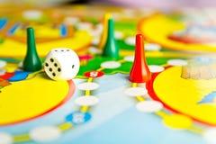 Brettspiele für das Haus Gelber, grüner und roter Plastik bricht ab Stockfoto