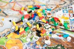 Brettspielkonzept - viele Brettspiel-Feldzahlen, würfelt und prägt lizenzfreie stockfotografie