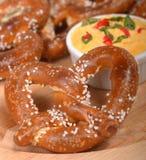 Bretzel allemand nouvellement fabriqué de style avec une diffusion de fromage de cheddar Images libres de droits