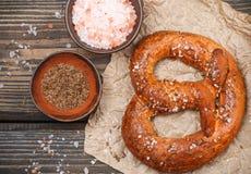 Bretzel avec les graines de cumin et le sel brut photographie stock libre de droits