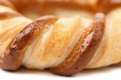Bretzel fraîchement de fantaisie cuit au four. Macro. Photo libre de droits