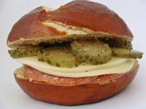 Bretzel-Sandwich Lizenzfreie Stockfotos