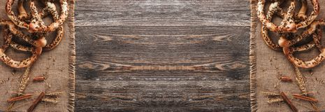 Bretzels avec les graines et l'épice du blé sur le textile rustique Double effet de miroir, vue supérieure et espace de copie photo libre de droits