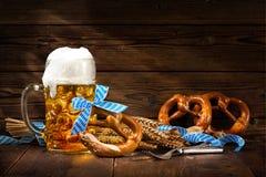 Bretzels bavarois originaux avec la chope en grès de bière Image libre de droits
