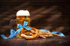 Bretzels bavarois originaux avec la chope en grès de bière Images libres de droits